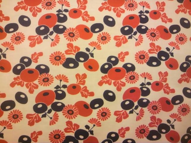 赤紺菊の花柄の布地