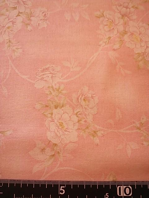 薄ピンク地バラ柄の布地