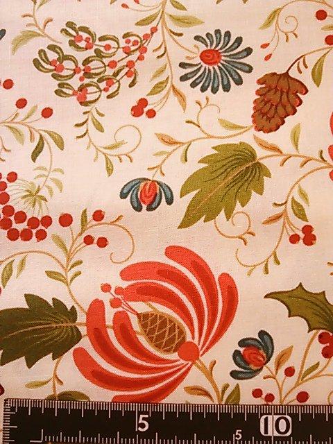 赤い花と実柄の布地