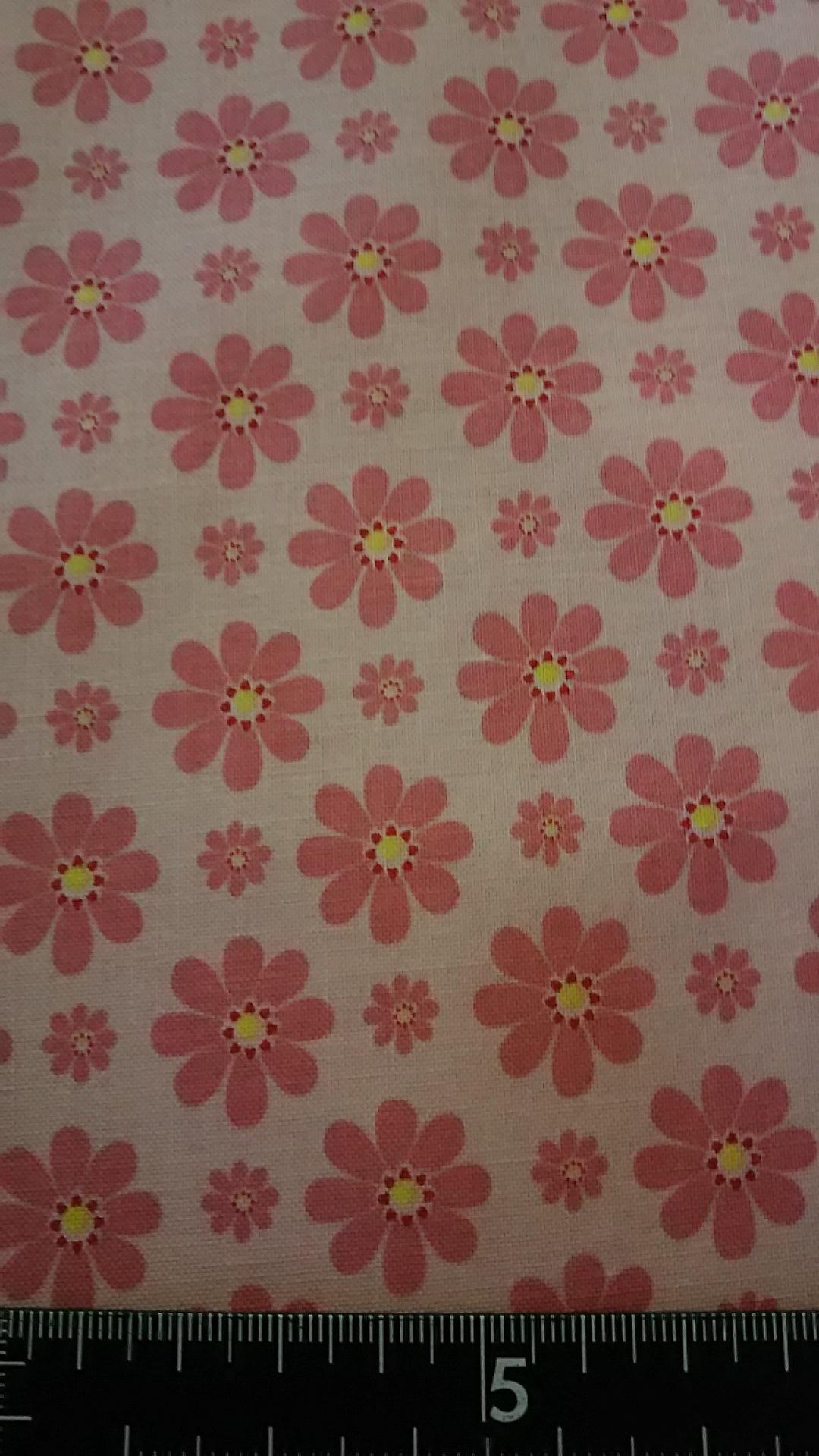 ピンク地ピンクデイジー柄の布地